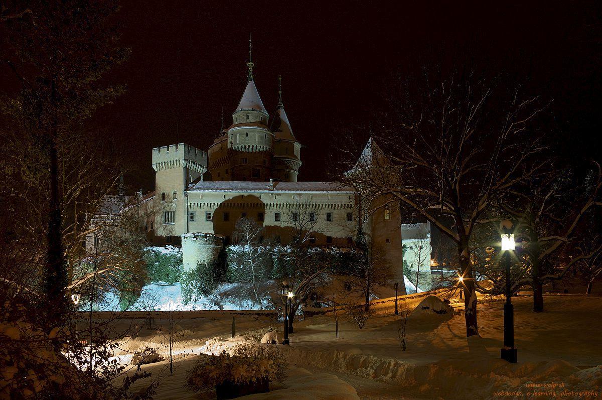 Architektonická nočná fotografia - zámok v Bojniciach